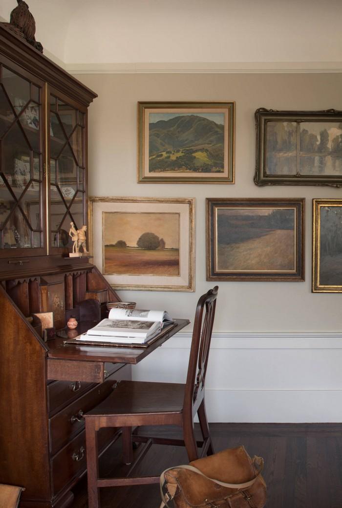 schreibtisch im wohnzimmer büro gestalten home office einrichten ideen retro einrichtung home office holzmöbel gemälde an der wand holz