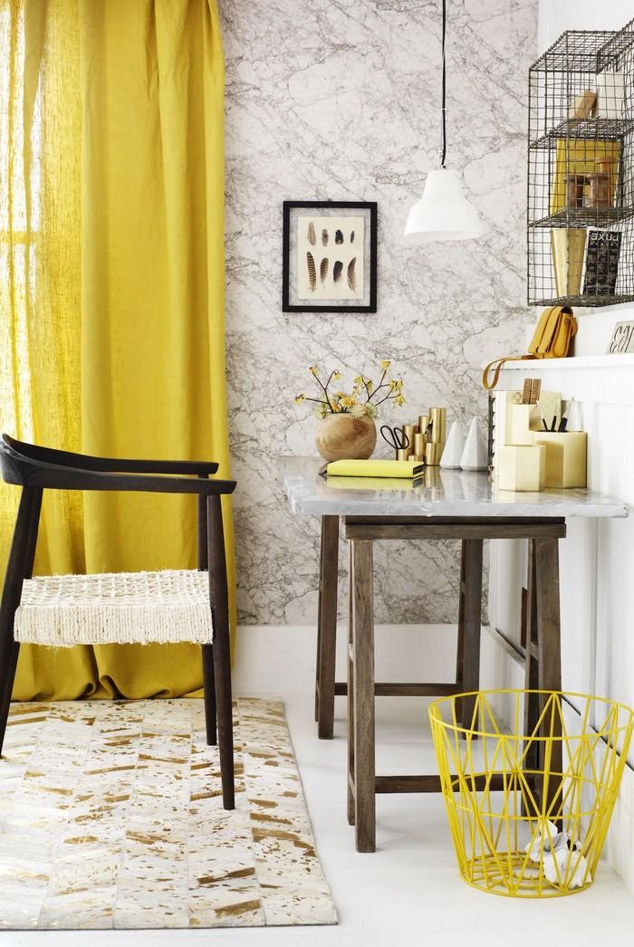 schreibtisch im wohnzimmer kleines büro einrichtenbüro einrichten ideen home office ideen gelbe vorhänge papierkorb metall gelb wandregal