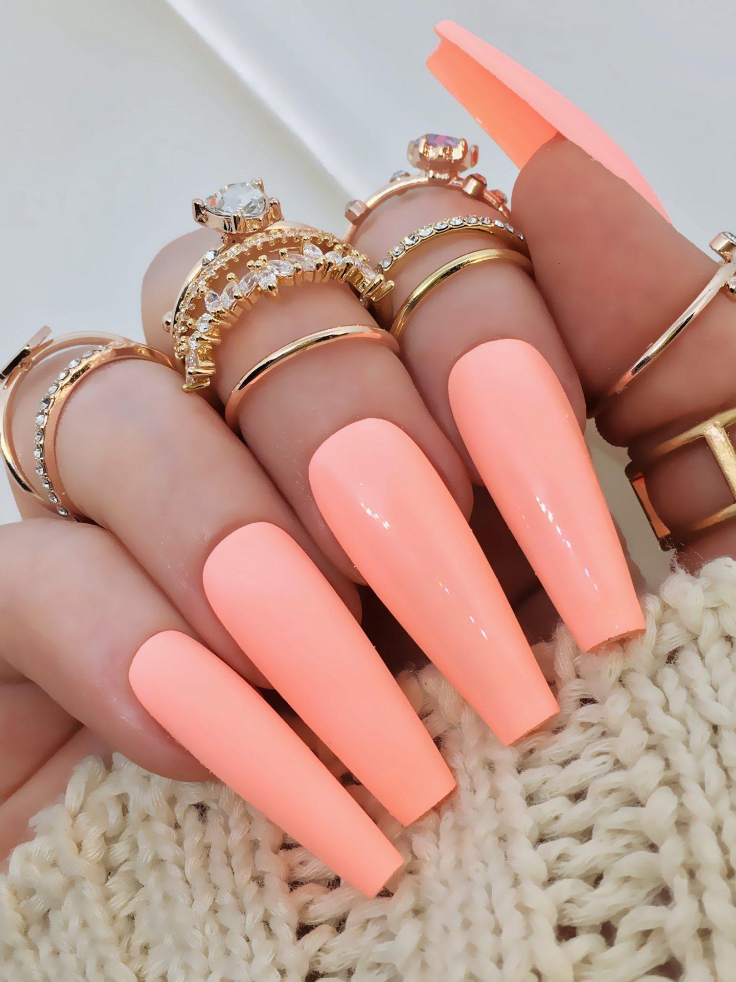 sommernägel 2021 trends ideen gelnägel 2021 sommer nageldesign sommer nägel farben ideen gelnägel coffin peach nude farbe goldene ringe
