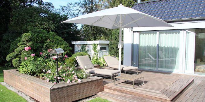 sonnenschutz für ihr haus kleiner garten mit terrasse zwei chaiselongues sonnenschirm pinke rosen