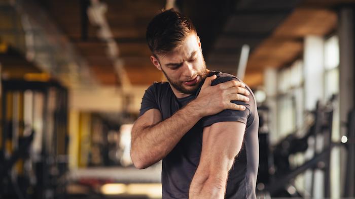sport treiben mann im grauen t shirt hausmittel gegen beinschmerzen muskelkater bekämpfen schmerzfrei trainieren