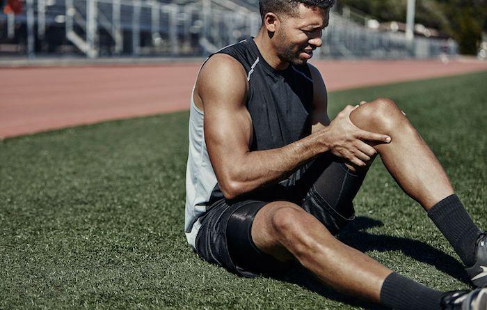 sportler mit schmerzen im bein schwarzen sport outfit was kann man gegen muskelkater machen wichtige tipps und infos