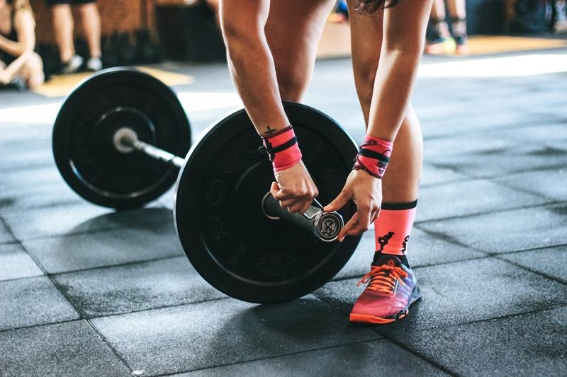 tipps für einen gesunden muskelaufbau mit gewicht trainieren