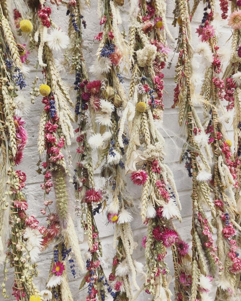 wand dekorieren mit trockenblumen