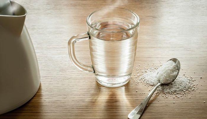 was tun bei zahnschmerzentrigeminus entzündung hausmittel zahnschmerzen selbst heilen salzwasser mundspülung tasse mit wasser teelöffel salz