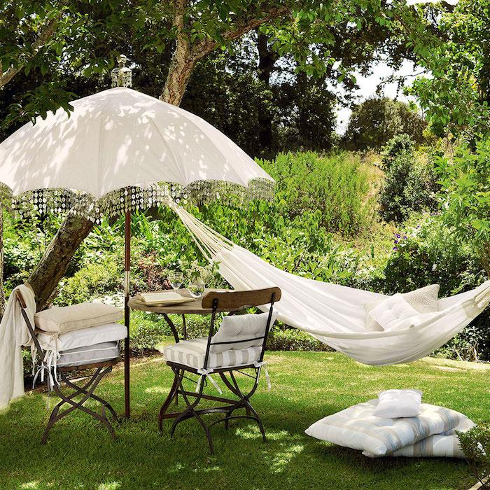 was vertreibt mücken im garten garteneinrichtung ideen zwei stühle weißer sonnenschirzm