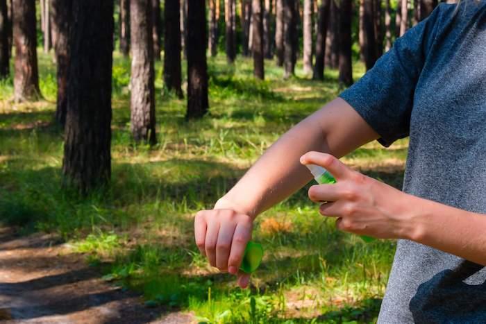was vertreibt mücken leichte tipps und tricks spray haut besprühen hilfreiche mittel