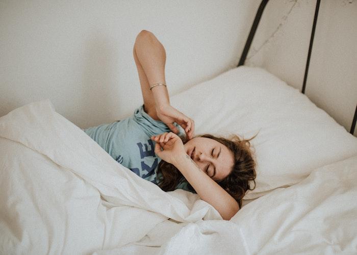 weiße bettwäsche frau schläft was kann man gegen schnarchen machen diy heilmittel