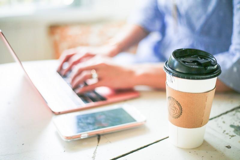 werbeartikel shop werbeprodukte sachen bedruken werbeartikel günstig giffits eco kaffeebecher weiß laptop handy auf schreibtisch