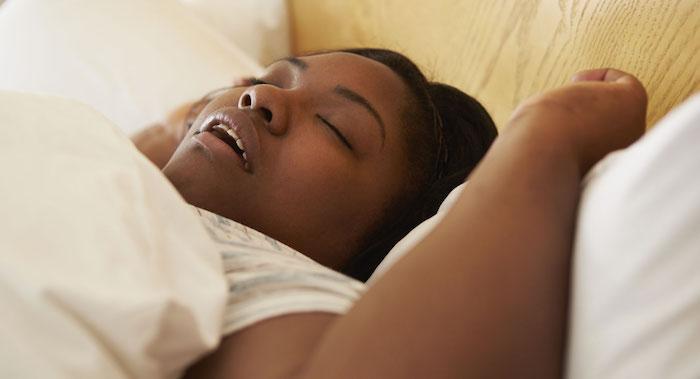 wichtige informationen und tipps gegen schnarchen ursachen frau schläft und schnarcht