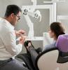 zahnarzt mit patientin auf dem stuhl