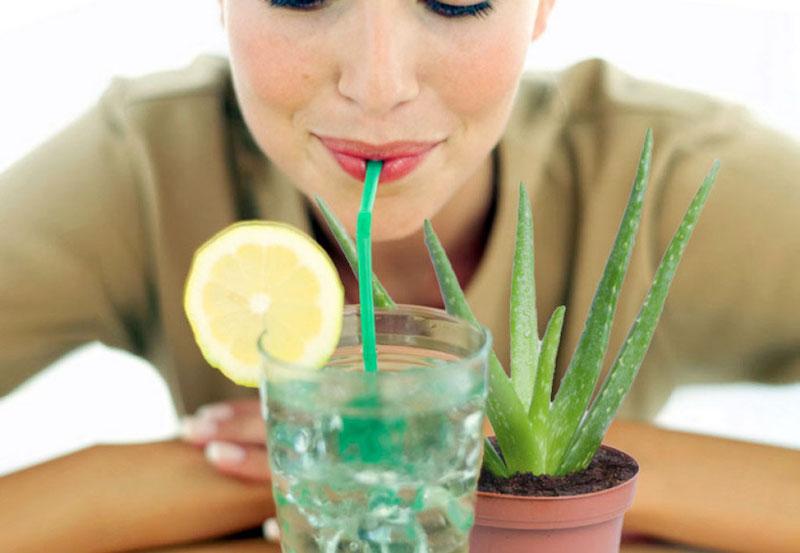 aloe vera drink aloe vera trinken junge frau trinkt zitrone und aloe saft wirkung