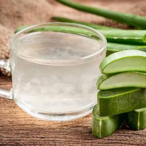 aloe vera getrränk aloe vera trinkgel glass mit aloe vera saft wirkung stücke aloe vera blatt