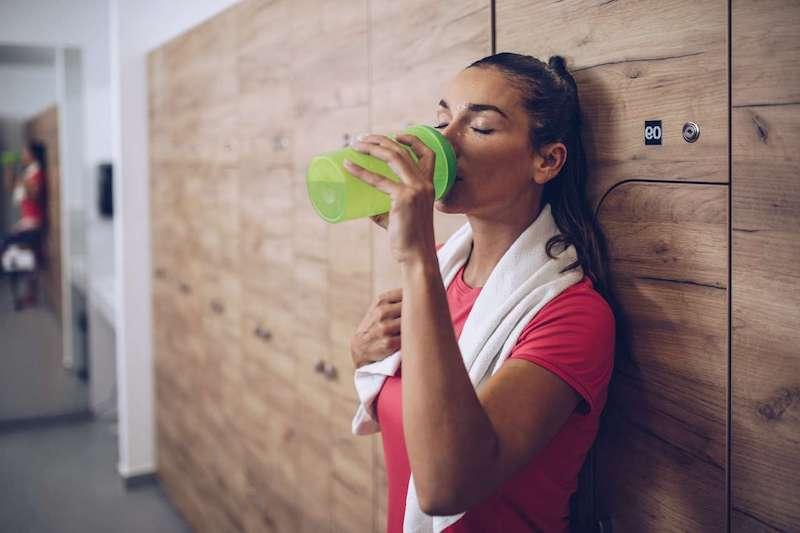 aloe vera saft trinken aloe vera saft bei sport treiben frau im fitness trinkt aloe vera saft