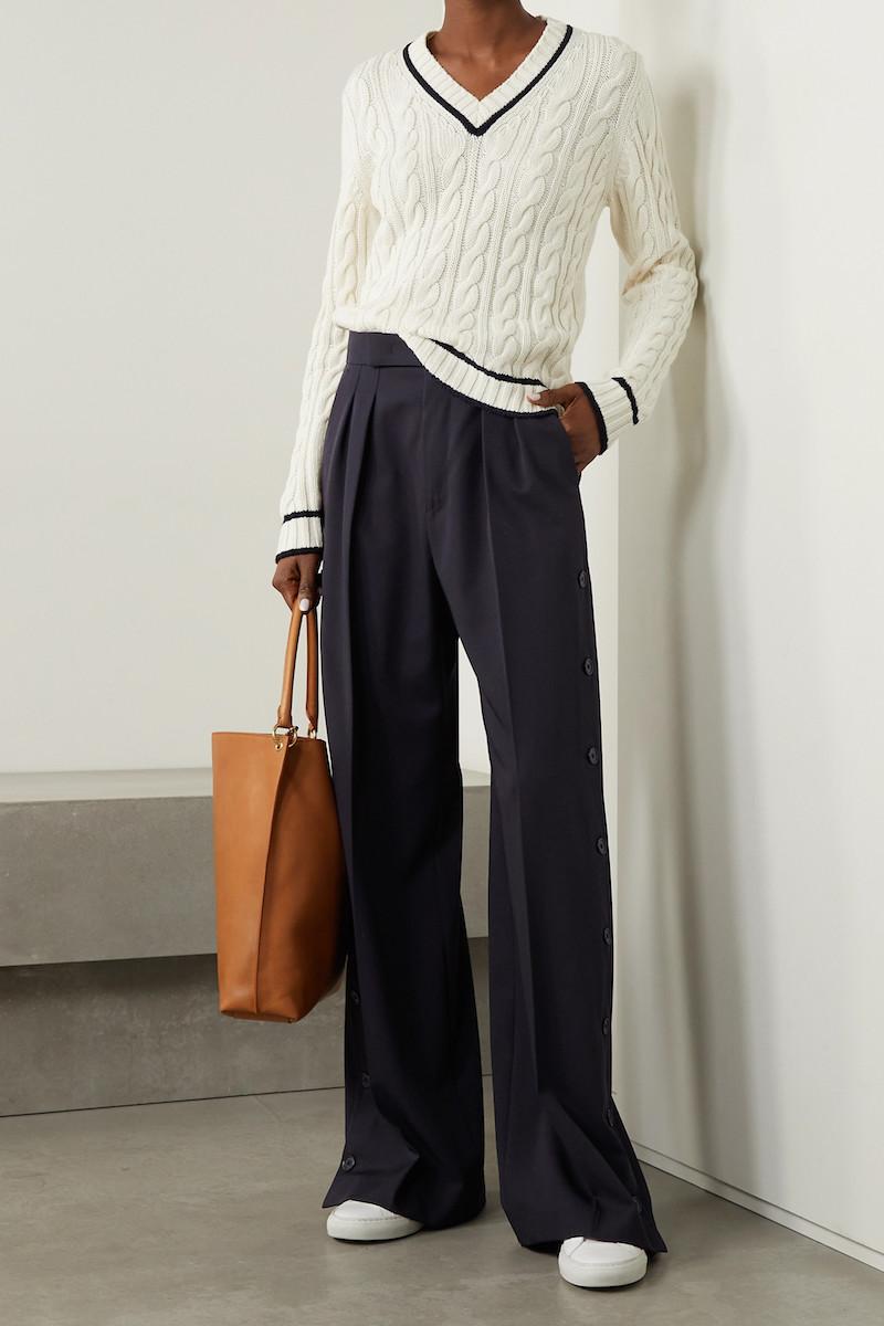 baggy jeans kombinieren jeans oberteile junge frau mit wide leg hosen und weißer pulli braune tasche