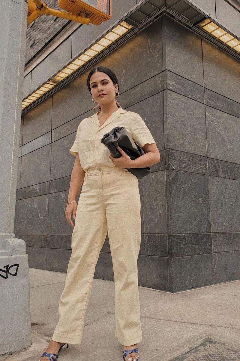 baggy jeans style angesagte jeans frau mit wide leg pants in beige und schwarze tasche