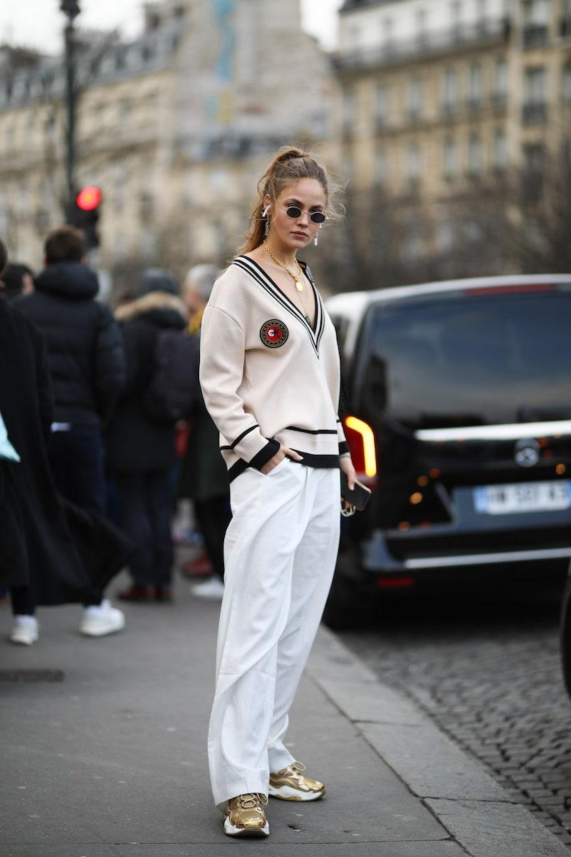 baggy jeans style wide leg jeans frau mit weißen hosen und beige sweater