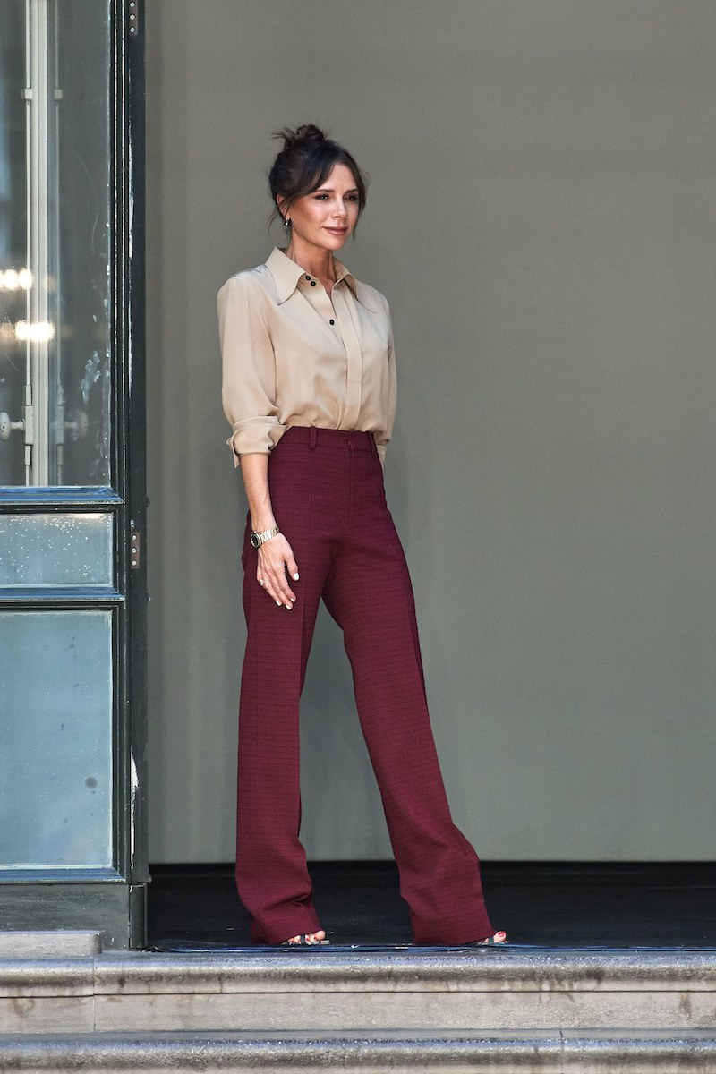baggy jeans style wide leg jeans kombinieren victoria beckham dunkelrote wide leg hosen