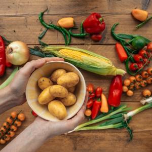 bild mit gemüse mais tomaten kartoffeln kochen wie lange