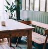 esstisch eiche massiv küchentisch aus dunklem holz rechteckig bank aus holz grüne wände