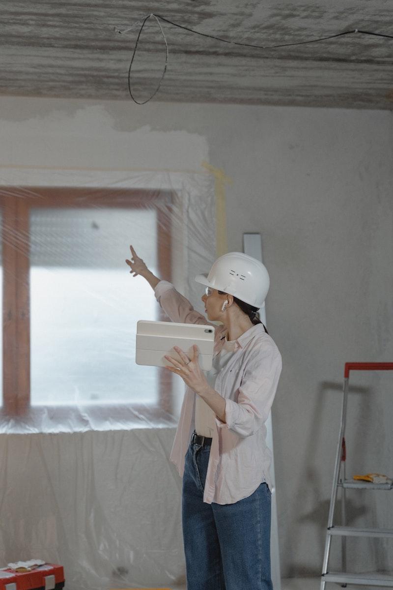 fenster kunststoff kaufen kunststofffenster holzoptik zimmer kunststofffenster einbauen junge frau