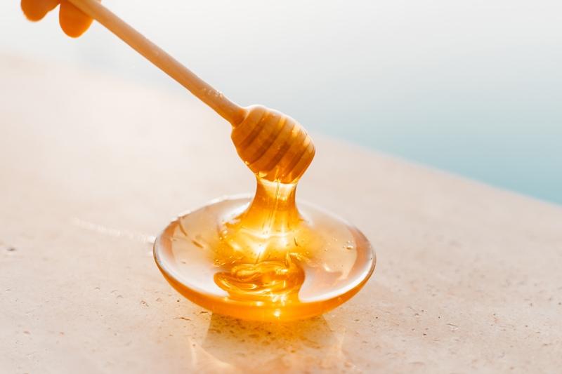 hausmittel gegen mückenstiche honig in kleiner schüssel