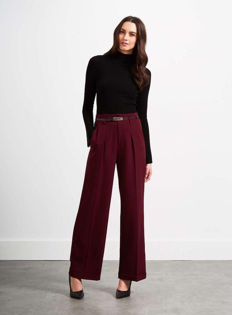 hose wide leg angesagte jeans frau mit dunkelroten wide leg hosen und schwarzem rollkragenpulli