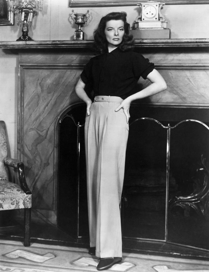 jeans oberteile wide leg jeans outfit katharine hepburn wide leg hosen und schwarze bluse schwarz weißes foto