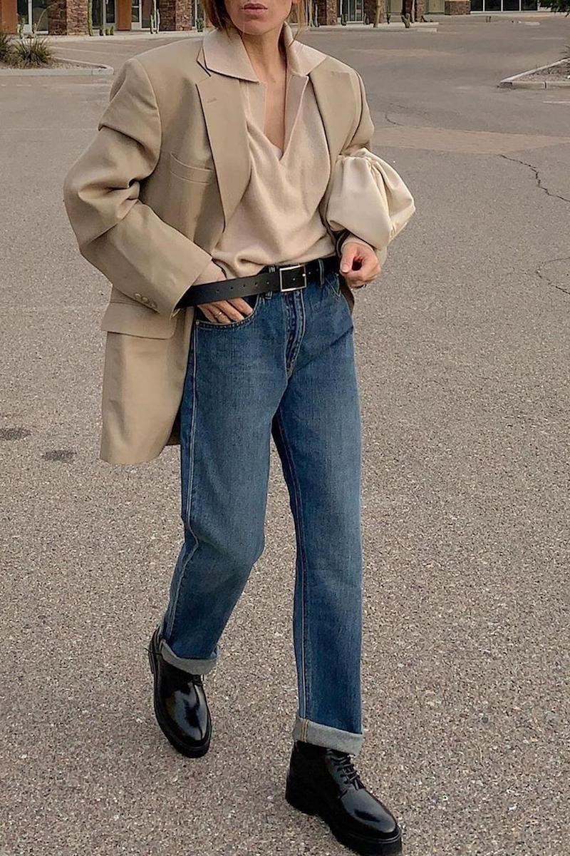 jeans wide leg outfit blaue wide leg jeans mit beige bluse und mantel schwarze stiefel