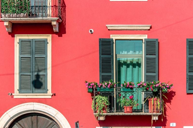 kleiner balkon mit blumenkasten pflege tipps