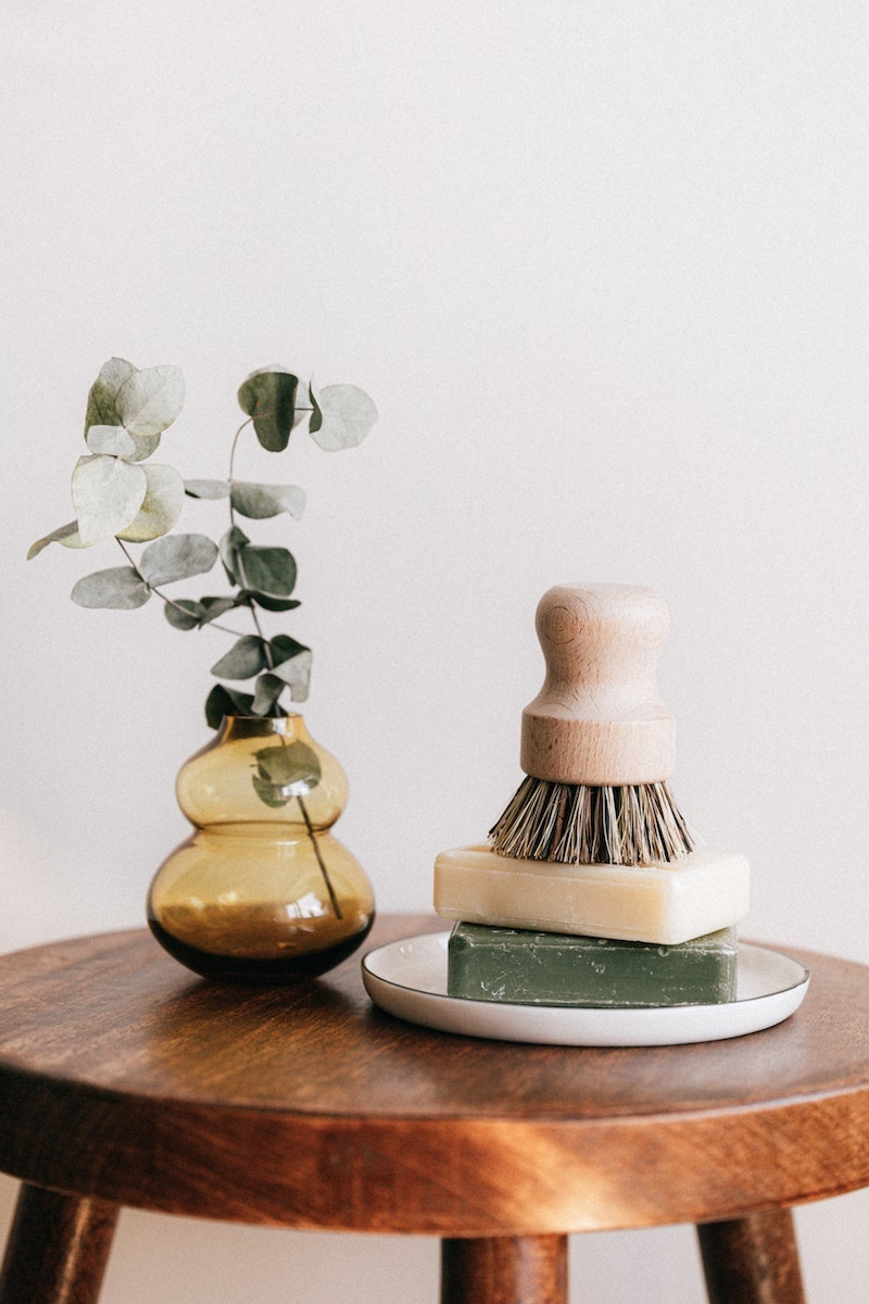 kunstgras deko kunstpflanzen discount kunstpflanzen hängend kunstpflanze in vase auf holztisch