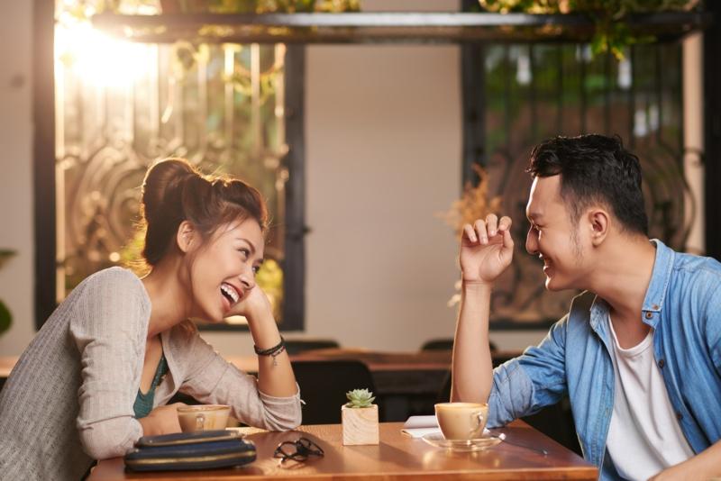 mann mit blauem hemd und eine frau outfit regeln für das erste date