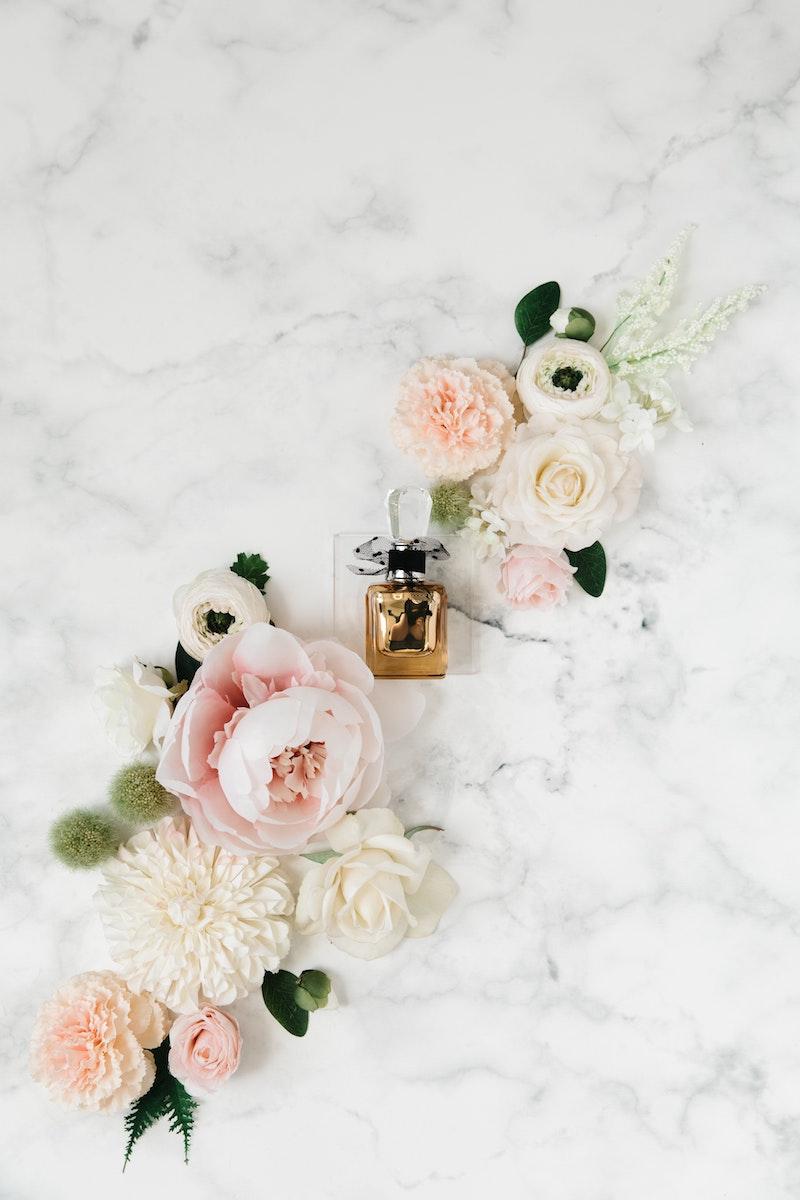 parfum finder parfuemerie becke welche duftnote beim parfum bleibt frische blumen marmortisch kleine parfuemflasche