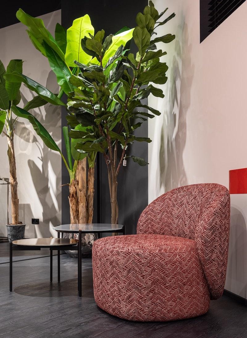plastikpflanzen kunstblumen hochwertig fake pflanzen künstliche palmen rotes sofa