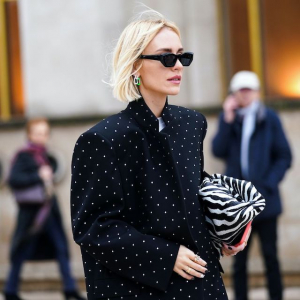 schwarzer mantel street style boyfriend bob kurze blonde haare