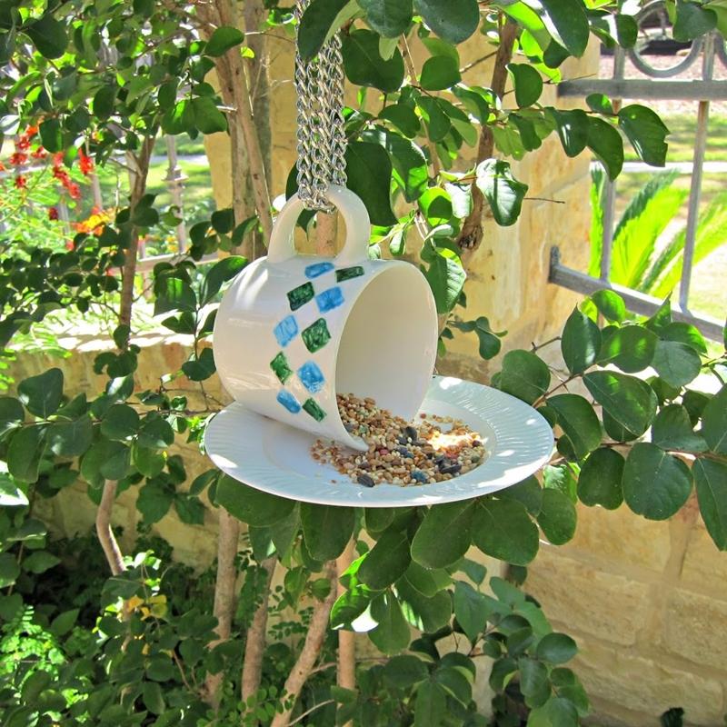 upcycling ideen garten futterhäuschen aus tasse