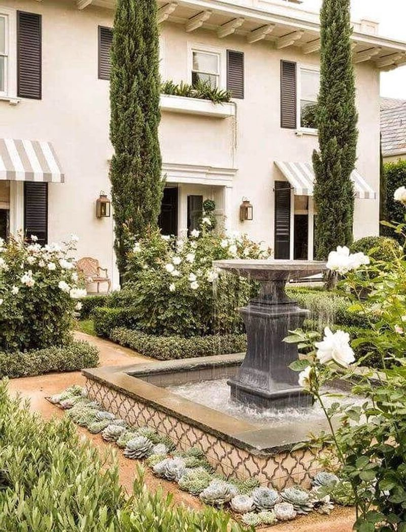 vorgarten ideen mit brunnen weiße rosen und grüne pflanzen