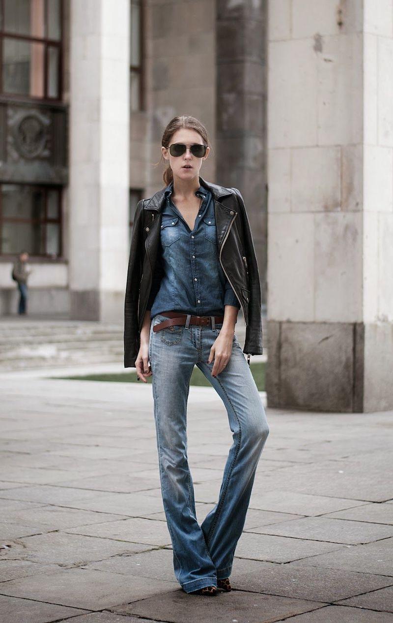 was trägt man zu wide leg jeans hose wide leg kombinieren frau mit denim hemd und lederjacke