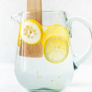wasserkanne mit zitronenwasser zum abnehmen gesundheitliche wirkung
