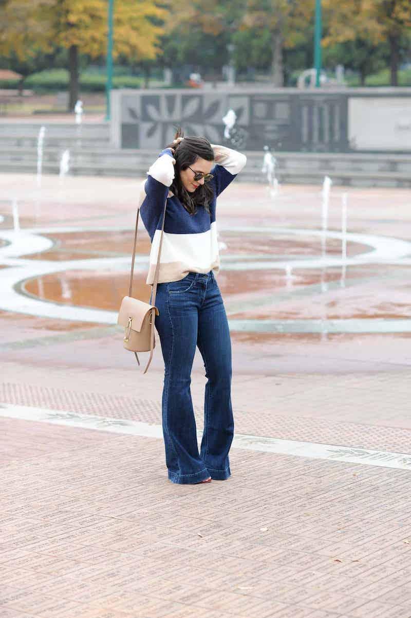 weite jeans kombinieren coole oberteile frau mit blauen wide leg jeans und blauem pulli