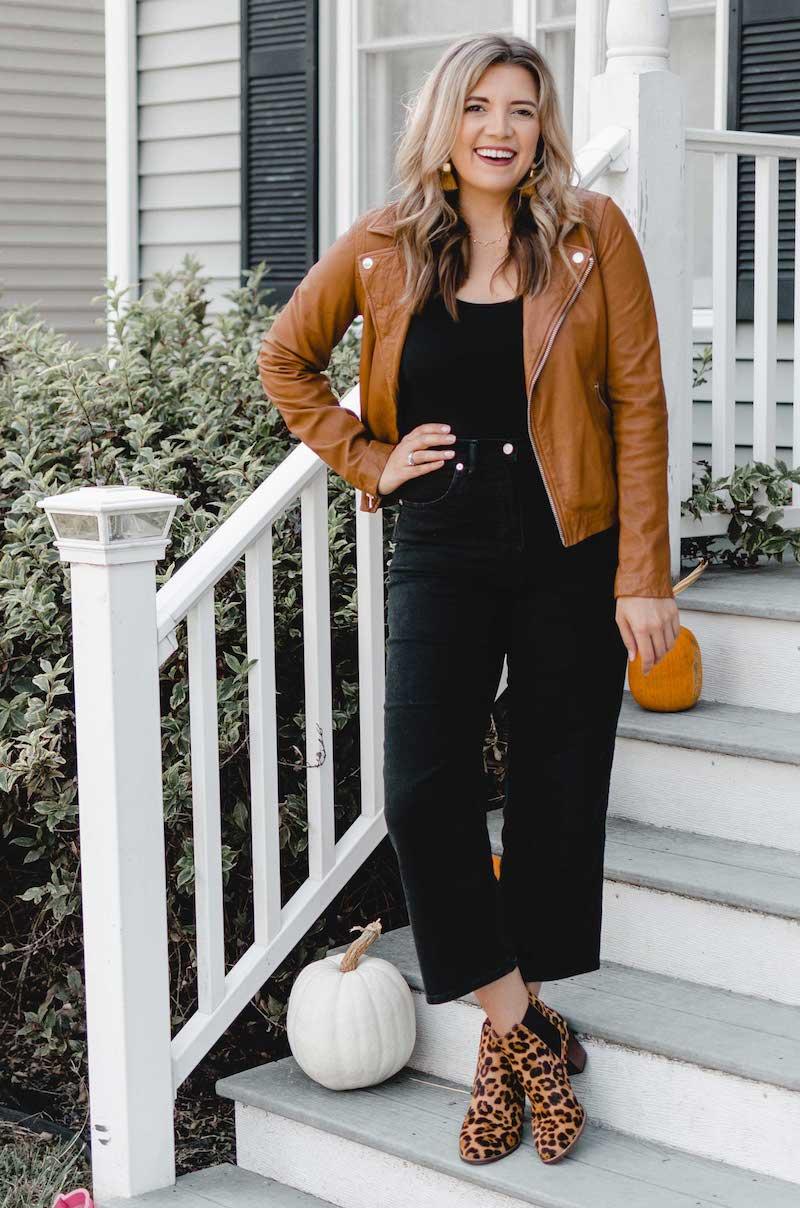 wide leg jeans outfits wide leg jeans damen kombinieren frau mit schwarzen wide leg jeans und brauner lederjacke
