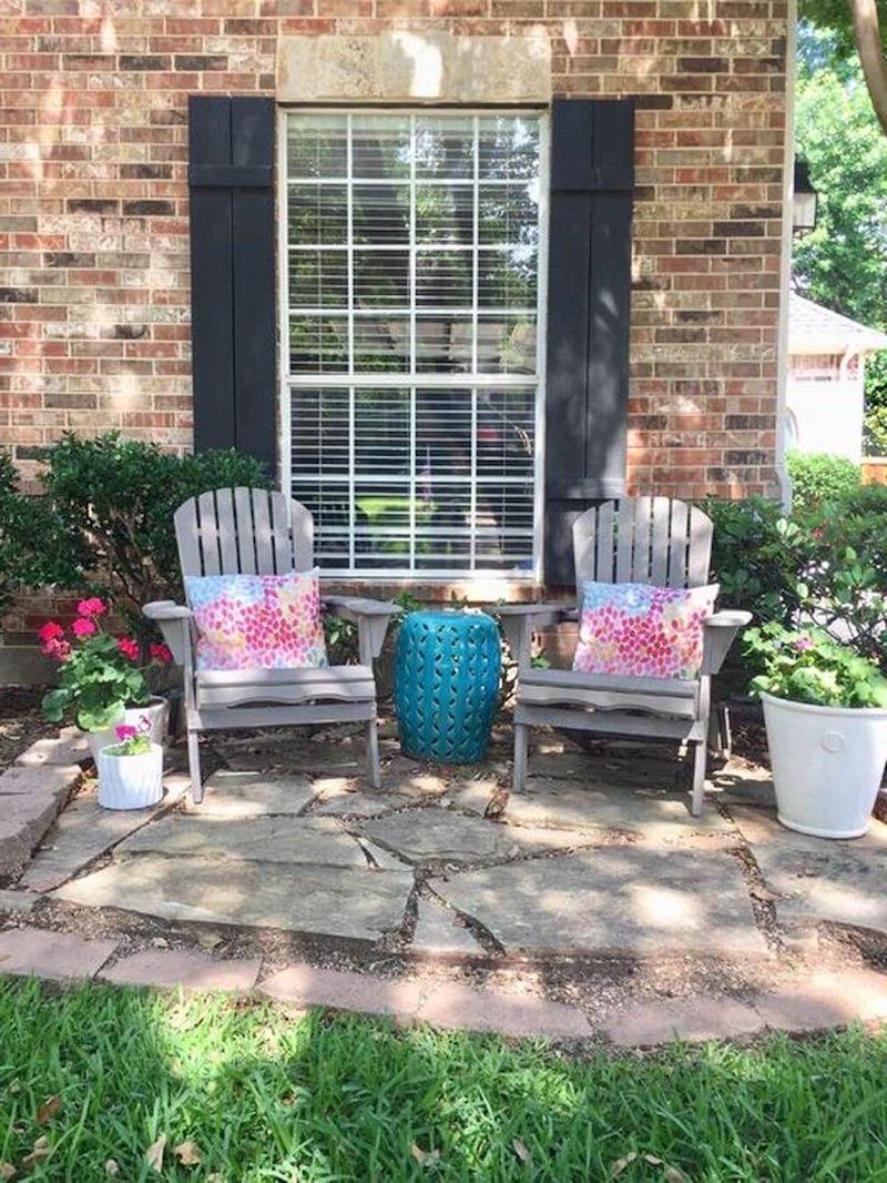 zwei graue stühle bunte kissen vorgarten ideen und inspo