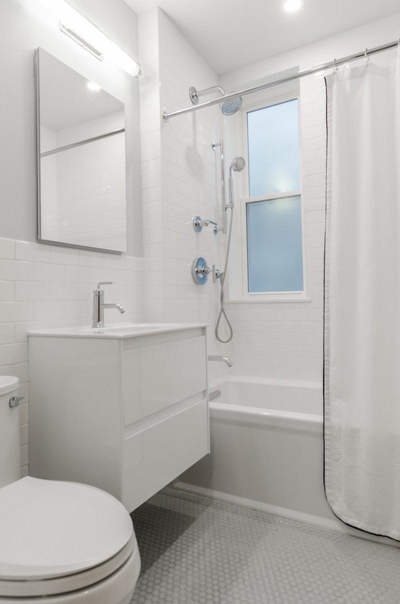 badfugen erneuern weiße badezimmer mit badewanne und vorhang