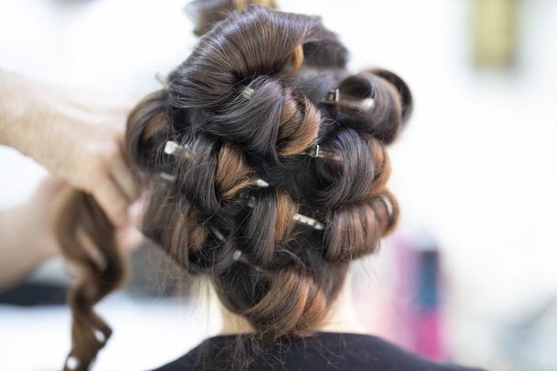 balayage dunkle haare curls frisur beim coiffeur im salon