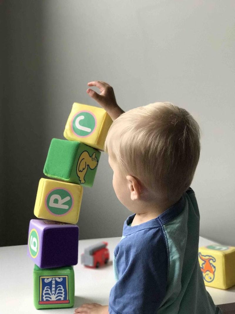 bewegungsspiele für kinder drinnen buchstabenspiel ein baby im kinderzimmer spielt