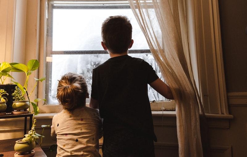 bewegungsspiele für kinder drinnen schwester und bruder gucken nach draußen vor dem fenster