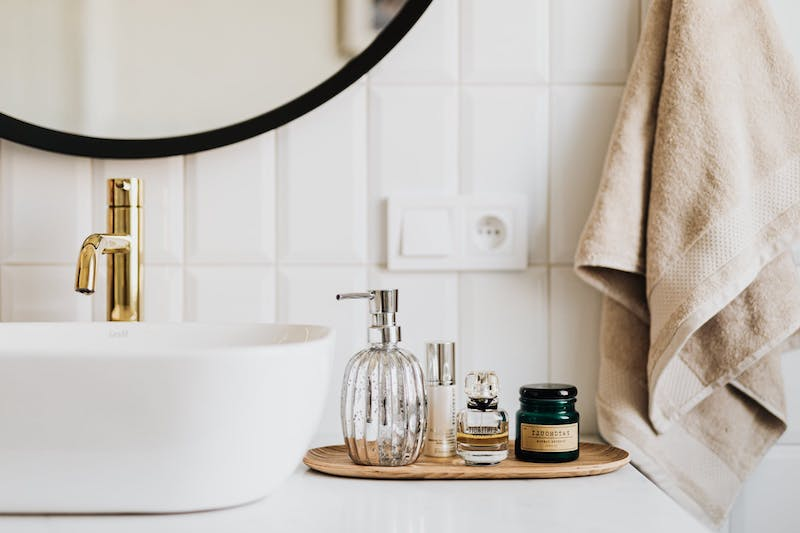 bodenfliesen fugen erneuern weißes badezimmer kosmetik und steckdose neben dem waschbecken