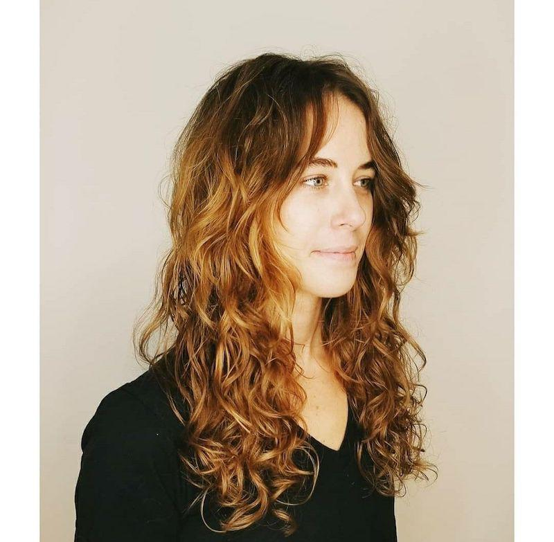 braune haare mit strähnen lockig mit curtain fringe