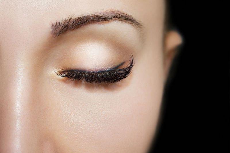 cat eye makeup farbiger eyeliner lidstrich auftragen eyeliner hacks