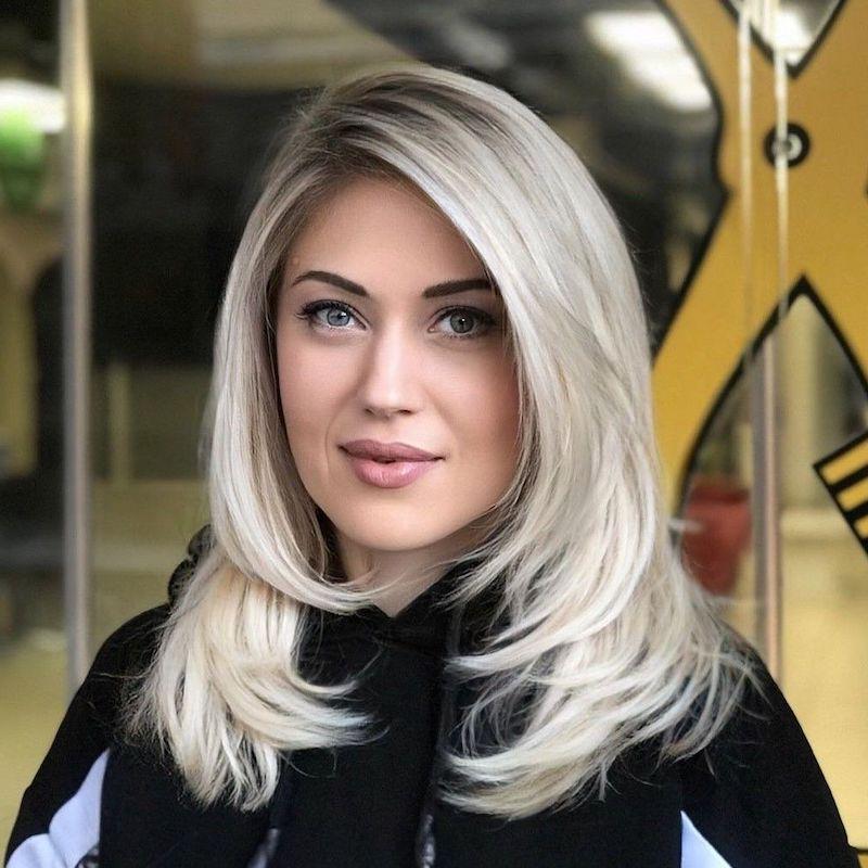 damenfrisuren ab 50 eine frau mit gestuften rachel frisur blond